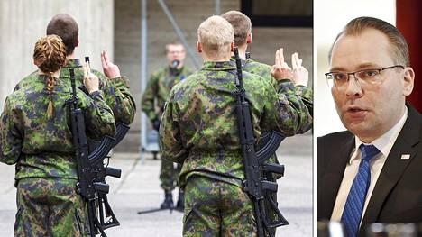 Puolustusministeri Jussi Niinistö (sin) uskoo, että kotiuttamisraha kannustaisi nuoria armeijaan.