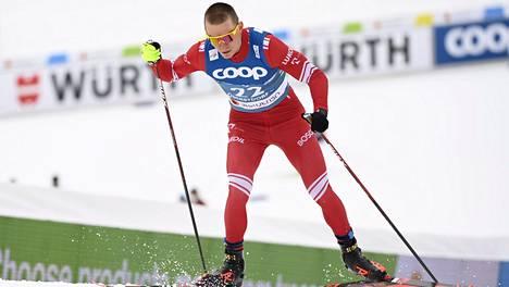 Tämän kuvan Norjan valmentaja Eirik Myhr Nossum haluaa maansa hiihtäjien muistavan matkalla kohti Pekingin olympialaisia: Venäjän Aleksandr Bolshunov lykki kaikilta karkuun MM-hiihtojen yhdistelmäkilpailussa.