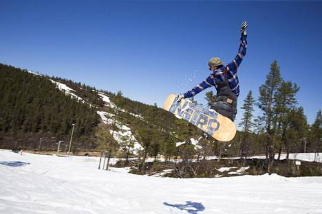 Saariselän hiihtokeskus avasi hissit uudestaan kesäkuussa. Tomi Mantovaara lumilautailee.