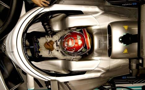 Lewis Hamilton kuvattuna autossaan F1-kauden päätöskilpailussa Abu Dhabissa.