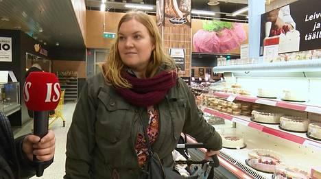 Johanna Sandqvist ostaa ruokaa viisihenkiselle perheelle.