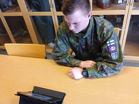 Alikersantti Eemeli Valkamo katsoo tabletilta PVMoodle-mikroelokuvaa Suomen turvallisuuspolitiikan perusteista.
