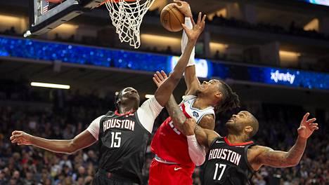 Kuvassa donkkaava Sacramento Kingsin Richaun Holmes on toinen pelaajista, joka on jo mennyt rikkomaan NBA:n säännöksiä.