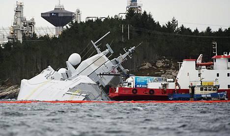Norjan laivaston KNM Helge Ingstad -fregatin pelastustyöt olivat meneillään viime lauantaina sen jälkeen, kun fregatti oli törmännyt säiliölaivan kanssa. Onnettomuus tapahtui 8. marraskuuta.