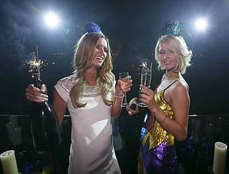Paris Hilton antoi lisäpotkua lesbohuhuille viettämällä illan lesboyökerhossa. Tässä kuvassa Paris juhlii uuta vuotta siskonsa Nickyn kanssa Las Vegasissa.