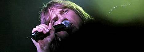 Europen laulaja Joe Tempest kiipeää lavalla Qstockissa.