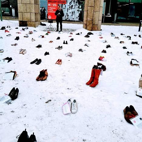 Sairaudesta kärsivät järjestivät perjantaina Millions Missing -tempauksen Helsingissä tuodakseen sairautta ihmisten tietoisuuteen.