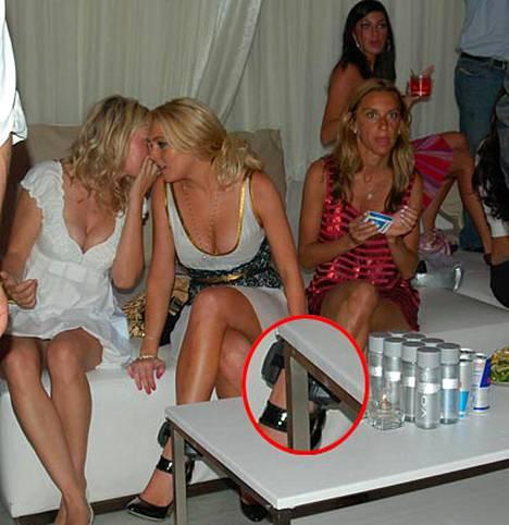 Tässä on Lindey Lohanin nilkkaan lukittu laite, joka tarkkailee, että alkoholiongelmista kärsivä tähtönen kallista tuoppia.
