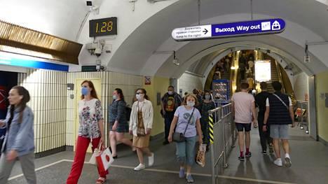 Ihmisiä Pietarin metrossa kuvattuna heinäkuussa 2021.