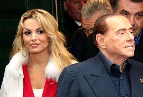 Berlusconi on nykyisin kihloissa 32-vuotiaan Francesca Pascalen kanssa. Pariskunta on seurustellut vuodesta 2012 lähtien.