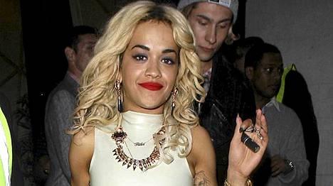 Rita Ora poistumassa yökerhosta puoli neljältä aamuyöllä.