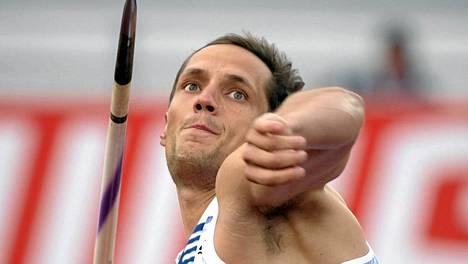 Vitezslav Veselyn jalka teipataan kisakuntoon.