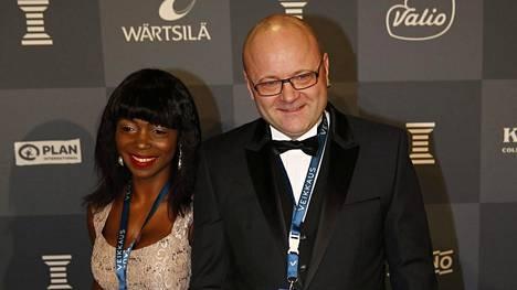 Tapio Suominen esitteli Evelyn-rakkaansa kameroille Urheilugaalassa tammikuussa.