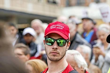 Ruotsidemokraattien kannattajan päässä keikkui Donald Trumpin presidentinvaalikampanjan hattu.