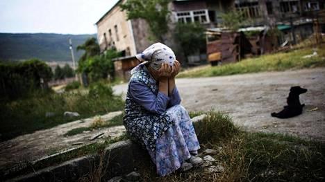 Venäjän ja Georgian sodassa vuonna 2008 kiistaa käytiin pääosin Etelä-Ossetian kohtalosta. Kuvassa georgialainen nainen itkee tuhoutuneen talon edustalla Gorissa elokuussa 2008.