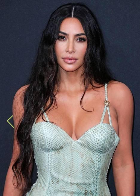Sosiaalisessa mediassa huomautetaan, ettei tosi-tv-tähti Kim Kardashianin ihonväri ole oikeasti niin tumma, kuin lehden kansikuva antaa ymmärtää.