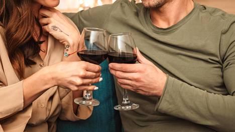 Alkoholimaksavaurion syntyyn vaikuttavat muun muassa sukupuoli, ruokavalio ja samanaikaiset muut maksasairaudet sekä ylipaino.