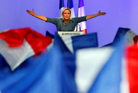 Le Pen pitämässä puhetta Kansallisen rintaman tilaisuudessa viime syyskuussa.