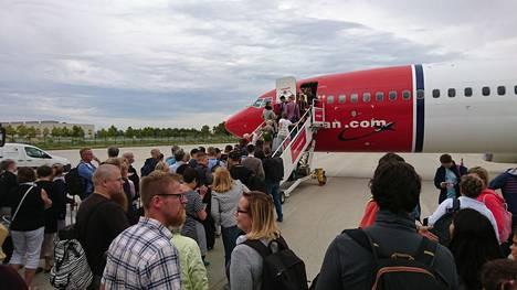 Norwegian hääti matkustajat koneesta ja jakoi kaikille 15 euron kupongit.