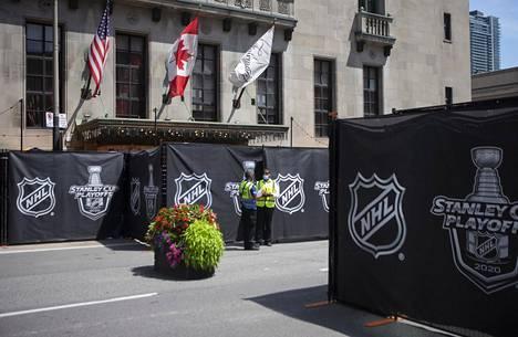 Vartijat vartioivat heinäkuun lopussa Torontossa Royal York -hotellia, jossa osa joukkueista tai NHL:n henkilökunnasta majoittui.