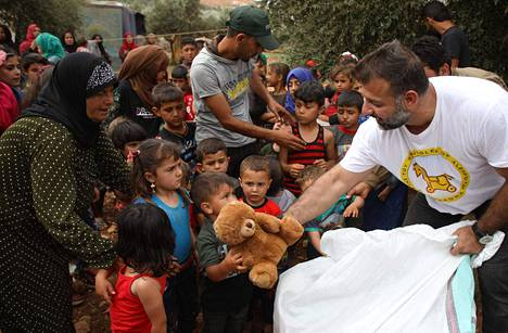 Adham jakamassa leluja pakolaisleirillä Syyriassa 4.6.2019.