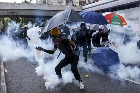 Mielenosoittaja heitti takaisin poliisin ampuman kyynelkaasukapselin.