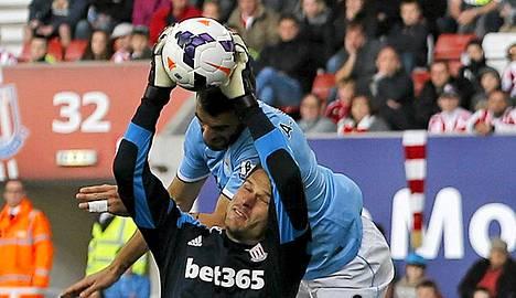 Stoken maalivahti Asmir Begovic teki kummallisen maalin,.