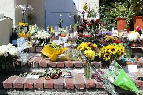 Fanit jättivät kukkia Millerin kodin edustalle.