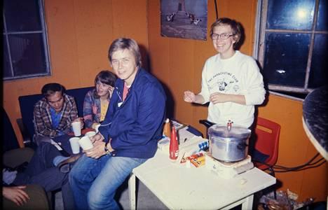 Suomen Laskuvarjokerhon kerhotilan (parakki) kahvionurkkauksessa Malmin lentoasemalla 1970-luvun alkupuolella. Kuvassa Einari Mikkonen (vas.), Leena Mikkonen, Eero Ylinen ja Tuula Heikkola.