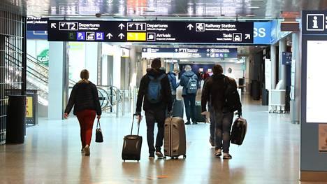 Ukrainalaisia kausityöntekijöitä saapui koneellinen Helsinkiin huhtikuun lopulla.