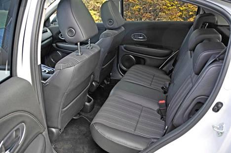 Takaistuimella on mukavasti tilaa, kun ottaa huomioon auton kokonaismitan (4,3 metriä). Hondan mukaan äänieristystä on parannettu, mutta rengasmelu kohoaa karkealla asvaltilla.