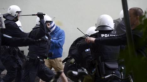 Poliisi joutui käyttämään voimakeinoja kannattajien taltuttamiseksi.