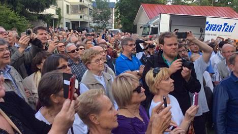 Pispalaan tulvi jopa 400 ihmistä seuraamaan iskelmän mestarin muistolaatan juhlamenoja.