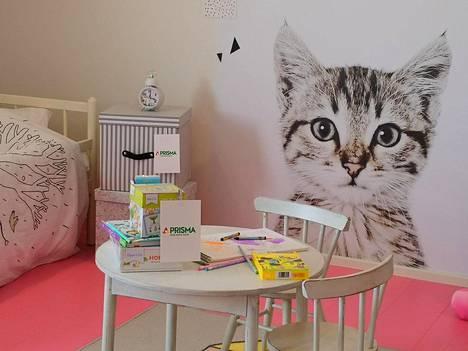 Lastenhuoneen katseenvangitsija on seinän kissakuvio.