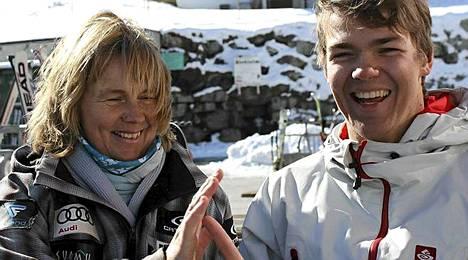 Elämä hymyillee jälleen. Pekka Hyysalo Anja-äitinsä kanssa Itävallan Hintertuxissa.