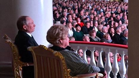 Vladimir Putin seurasi Pietarissa filharmonian konserttia yhdessä Anatoli Sobtshakin lesken Ljudmila Narusovan kanssa. Venäjän median mukaan koko konserttiyleisön ruumiinlämpötilaa tarkkailtiin lämpökameralla ja digitaalisilla kuumemittareilla.