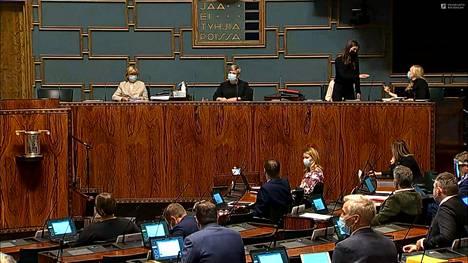 Pääministeri Sanna Marin (sd) käveli sisäministeri Maria Ohisalon (vihr) luokse kesken kyselytunnin. Marin palasi paikalleen lyhyen sananvaihdon jälkeen.