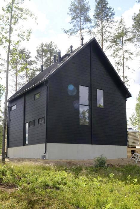 Honka Inkin mustanpuhuva talo on saanut innoituksensa tanskalaisista harjakatoista.