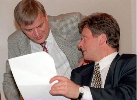 Raimo Sailas ja Sauli Niinistö hallituksen iltakoulussa vuonna 1995.