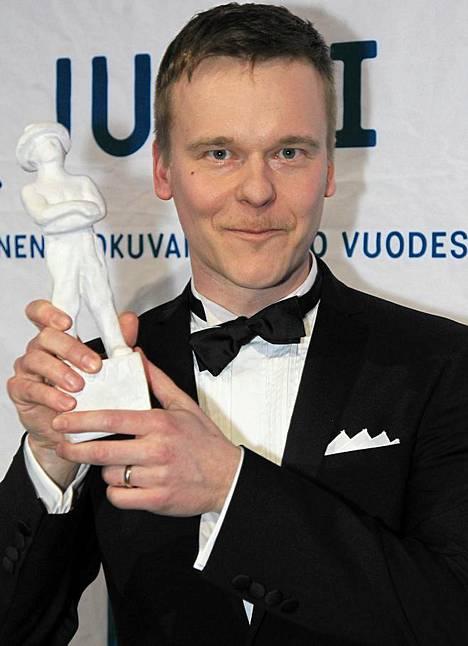 Pekko Pesonen juhli parhaasta käsikirjoituksesta saamaansa Jussia. Kyseessä oli Napapiirin sankarit -elokuva.