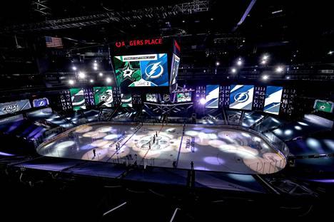 Koronaviruksen vuoksi NHL:n pudotuspelit on viety läpi poikkeuksellisesti vain kahdessa pelipaikassa: Torontossa ja kuvassa näkyvässä Edmontonin Rogers Placessa.