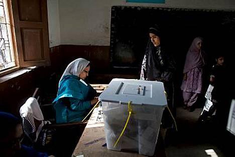 Pakistanilainen nainen antoi äänensä parlamenttivaaleissa Karachissa 18. helmikuuta.