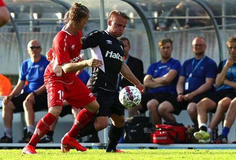 Simon Hedlund (vas.) Euroopan liigan karsintaottelussa FC Lahtea vastaan kesällä 2015.