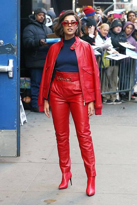 Näyttelijä Naomi Scott puki punaista nahkaa päästä varpaisiin.