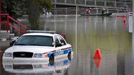 Calgaryssa veden peittämillä kaduilla kuljettiin kanooteilla.