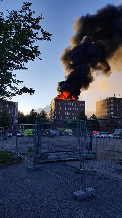 Palosta nousi korkea, musta savupilvi Jyväskylän taivaalle.