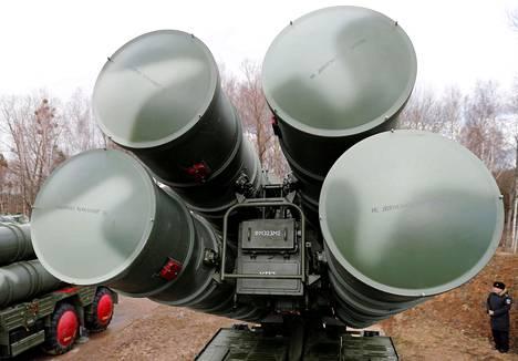 Venäjä on sijoittanut Kaliningradin alueelle pitkälle kehitettyjä ohjusjärjestelmiä. Kuvassa kauas kantavien S-400-ilmatorjuntaohjusten laukaisualusta Kaliningradissa viime vuoden maaliskuussa.