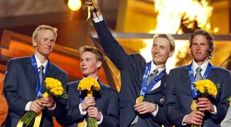 Samppa Lajunen, Jaakko Tallus, Hannu Manninen ja Jari Mantila juhlivat joukkuekilpailun olympiakultaa Salt Lake Cityssä 2002.