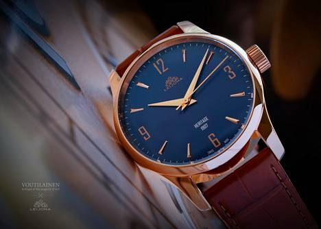Leijona Môtiers Classic on mallistosta ainoa, jota on valmistettu rajoitettu määrä. Niitä valmistetaan vain 50 kappaletta. Kellotaulun sininen on Kari Voutilaisen lempiväri. Kuvan kello maksaa 2 790 euroa.