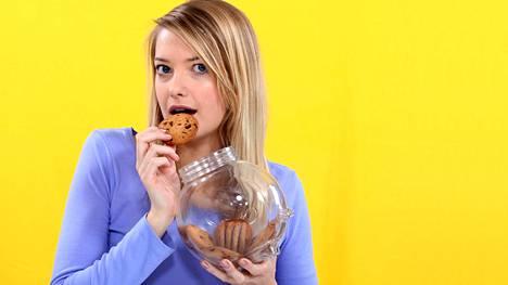 Sokeria pidetään addiktoivana aineena, joten kiusaus makeansyöntiin voi olla kova.